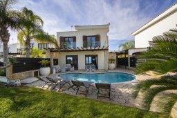 Фасад дома. Кипр, Коннос Бэй : Роскошная вилла с панорамным видом на море, с 4 спальнями, с бассейном, тенистой террасой с патио и барбекю, расположена в тихом и закрытом жилом комплексе