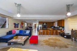 Гостиная. Кипр, Каппарис : Роскошная современная вилла с панорамным видом на море, с 5 спальнями, с бассейном, тенистой террасой с патио и барбекю, расположена на побережье Протараса
