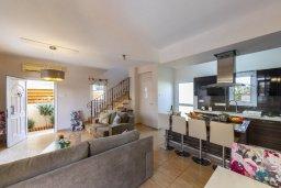 Гостиная. Кипр, Каппарис : Уютная вилла с 2 спальнями, с бассейном, беседкой с патио, барной стойкой и барбекю, расположена в тихом районе Протараса