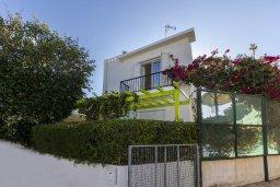 Фасад дома. Кипр, Коннос Бэй : Уютная вилла с 2 спальнями, зелёным двориком, крытыми верандами с патио, барной стойкой и барбекю