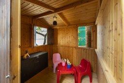 Территория. Кипр, Коннос Бэй : Уютная вилла с 2 спальнями, зелёным двориком, крытыми верандами с патио, барной стойкой и барбекю