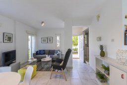 Гостиная. Кипр, Коннос Бэй : Уютная вилла с 2 спальнями, зелёным двориком, крытыми верандами с патио, барной стойкой и барбекю