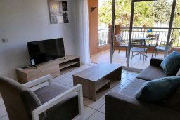 Гостиная. Кипр, Пафос город : Апартамент в комплексе с 2-мя бассейнами и зеленой территорией, с гостиной, отдельной спальней и балконом