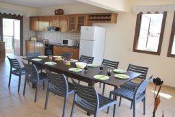Обеденная зона. Кипр, Помос : Прекрасная вилла в 50 метрах от пляжа, с бассейном и двориком с барбекю, 5 спален, 4 ванные комнаты, бильярд, парковка, Wi-Fi