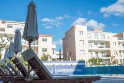 Зона отдыха у бассейна. Кипр, Пафос город : Апартамент в комплексе с бассейном, с гостиной, двумя спальнями, двумя ванными комнатами и балконом