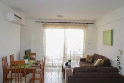Гостиная. Кипр, Пафос город : Апартамент в комплексе с бассейном, с гостиной, отдельной спальни и балконом