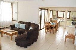 Гостиная. Кипр, Киссонерга : Уютная вилла с бассейном и двориком с барбекю, 3 спальни, 2 ванные комнаты, парковка, Wi-Fi