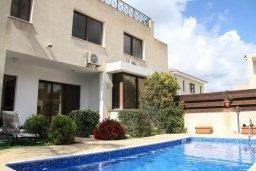 Фасад дома. Кипр, Киссонерга : Уютная вилла с бассейном и двориком с барбекю, 3 спальни, 2 ванные комнаты, парковка, Wi-Fi