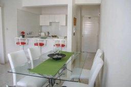 Обеденная зона. Кипр, Пафос город : Апартамент с гостиной, двумя спальнями и баклном