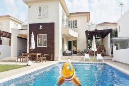 Фасад дома. Кипр, Каппарис : Уютная вилла в 100 метрах от пляжа с бассейном и двориком с барбекю, 4 спальни, 3 ванные комнаты, парковка, Wi-Fi