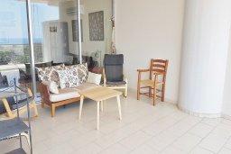 Балкон. Кипр, Ларнака город : Апартамент с гостиной, двумя спальнями и большим балконом с видом на море