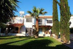 Фасад дома. Кипр, Декелия - Ороклини : Мезонет в 100 метрах от пляжа с гостиной, двумя спальнями и террасой