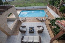 Зона отдыха у бассейна. Кипр, Ионион - Айя Текла : Прекрасная вилла с бассейном и двориком с барбекю, 3 спальни, 2 ванные комнаты, парковка, Wi-Fi
