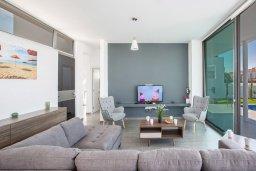 Гостиная. Кипр, Нисси Бич : Роскошная современная вилла с бассейном и зеленым двориком с барбекю, 4 спальни, 3 ванные комнаты, парковка, Wi-Fi