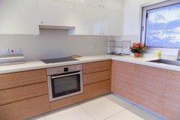 Кухня. Кипр, Айос Тихонас Лимассол : Стильный апартамент с гостиной, тремя спальнями, двумя ванными комнатами и балконом с видом на море