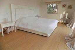 Спальня. Кипр, Айос Тихонас Лимассол : Стильный апартамент с гостиной, тремя спальнями, двумя ванными комнатами и балконом с видом на море