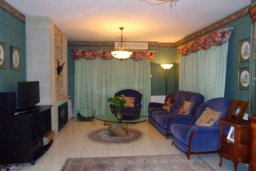 Гостиная. Кипр, Гермасойя Лимассол : Уютная вилла с бассейном и зеленым двориком, 3 спальни, парковка, Wi-Fi