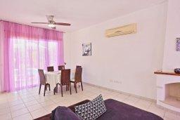 Гостиная. Кипр, Аргака : Прекрасная вилла с бассейном и барбекю в 130 метрах от пляжа, 3 спальни, 3 ванные комнаты, парковка, Wi-Fi