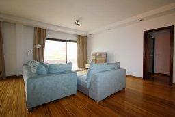 Гостиная. Кипр, Гермасойя Лимассол : Пентхаус в 40 метрах от пляжа, с просторной гостиной, тремя спальнями, двумя ванными комнатами и балконом с видом на море