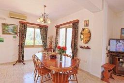 Обеденная зона. Кипр, Помос : Прекрасная вилла с бассейном и двориком с барбекю, 3 спальни, 4 ванные комнаты, настольный теннис, парковка, Wi-Fi