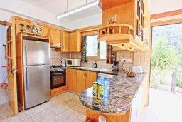 Кухня. Кипр, Помос : Прекрасная вилла с бассейном и двориком с барбекю, 3 спальни, 4 ванные комнаты, настольный теннис, парковка, Wi-Fi