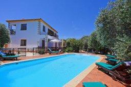 Фасад дома. Кипр, Помос : Прекрасная вилла с бассейном и двориком с барбекю, 3 спальни, 4 ванные комнаты, настольный теннис, парковка, Wi-Fi