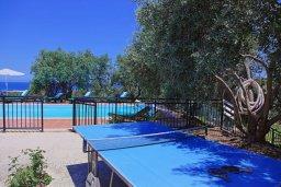 Зона отдыха у бассейна. Кипр, Помос : Прекрасная вилла с бассейном и двориком с барбекю, 3 спальни, 4 ванные комнаты, настольный теннис, парковка, Wi-Fi