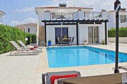 Фасад дома. Кипр, Аргака : Уютная вилла с бассейном в 50 метрах от пляжа, 3 спальни, 2 ванные комнаты, барбекю, парковка, Wi-Fi