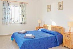 Спальня. Кипр, Аргака : Уютная вилла с бассейном в 50 метрах от пляжа, 2 спальни, 2 ванные комнаты, барбекю, парковка, Wi-Fi