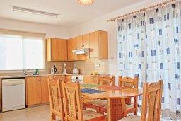 Кухня. Кипр, Аргака : Уютная вилла с бассейном в 50 метрах от пляжа, 2 спальни, 2 ванные комнаты, барбекю, парковка, Wi-Fi