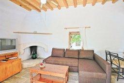 Гостиная. Кипр, Друсхия : Уютная вилла с бассейном и зеленым двориком с барбекю, 3 спальни, 3 ванные комнаты, парковка, Wi-Fi