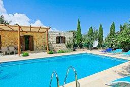Фасад дома. Кипр, Друсхия : Уютная вилла с бассейном и зеленым двориком с барбекю, 3 спальни, 3 ванные комнаты, парковка, Wi-Fi