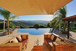 Патио. Кипр, Скулли : Роскошная вилла с большим бассейном и зеленым двориком с барбекю, 4 спальни, 4 ванные комнаты, патио, детская площадка, джакузи, парковка, Wi-Fi