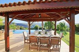 Обеденная зона. Кипр, Скулли : Роскошная вилла с большим бассейном и зеленым двориком с барбекю, 4 спальни, 4 ванные комнаты, патио, детская площадка, джакузи, парковка, Wi-Fi