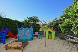 Детская площадка. Кипр, Скулли : Роскошная вилла с большим бассейном и зеленым двориком с барбекю, 4 спальни, 4 ванные комнаты, патио, детская площадка, джакузи, парковка, Wi-Fi