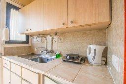 Кухня. Кипр, Нисси Бич : Уютная студия с кондиционером и балконом