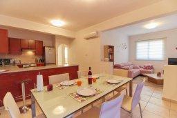Обеденная зона. Кипр, Пафос город : Апартамент в комплексе с бассейном, гостиная, 3 спальни, 2 ванные комнаты, терраса
