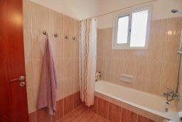 Ванная комната. Кипр, Пафос город : Апартамент в комплексе с бассейном, гостиная, 3 спальни, 2 ванные комнаты, терраса