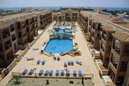 Фасад дома. Кипр, Пафос город : Апартамент в комплексе с бассейном, с гостиной, отдельной спальней и террасой