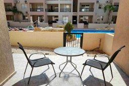 Терраса. Кипр, Пафос город : Апартамент в комплексе с бассейном, с гостиной, отдельной спальней и террасой