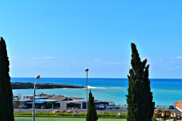 Вид на море. Кипр, Корал Бэй : Апартамент с гостиной, тремя спальнями, двумя ванными комнатами и большим балконом с видом на море