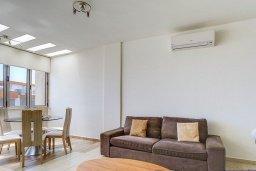 Гостиная. Кипр, Центр Лимассола : Апартамент недалеко от моря с гостиной и двумя спальнями