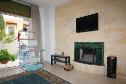 Гостиная. Кипр, Центр Лимассола : Прекрасный таунхаус в комплексе с двумя бассейнами, 2 спальни, 2 ванные комнаты, барбекю, парковка, Wi-Fi