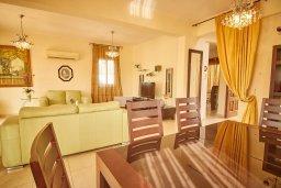 Гостиная. Кипр, Корал Бэй : Прекрасная вилла с бассейном и зеленым двориком, 3 спальни, 2 ванные комнаты, барбекю, парковка, Wi-Fi