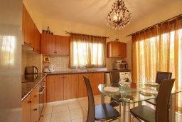 Кухня. Кипр, Корал Бэй : Прекрасная вилла с бассейном и зеленым двориком, 3 спальни, 2 ванные комнаты, барбекю, парковка, Wi-Fi