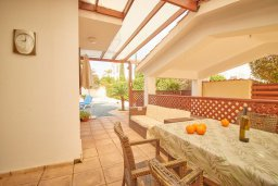 Обеденная зона. Кипр, Корал Бэй : Прекрасная вилла с бассейном и зеленым двориком, 3 спальни, 2 ванные комнаты, барбекю, парковка, Wi-Fi