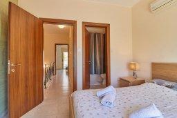 Спальня. Кипр, Пафос город : Двухэтажный таунхаус в комплексе с бассейном, 2 спальни, 2 ванные комнаты, патио, барбекю