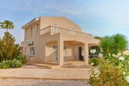 Фасад дома. Кипр, Корал Бэй : Прекрасная вилла с бассейном и зеленым двориком с барбекю, 4 спальни, 2 ванные комнаты, джакузи, парковка, Wi-Fi