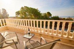 Балкон. Кипр, Корал Бэй : Прекрасная вилла с бассейном и зеленым двориком с барбекю, 4 спальни, 2 ванные комнаты, джакузи, парковка, Wi-Fi
