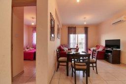 Гостиная. Кипр, Пафос город : Апартамент в комплексе с бассейном, с гостиной, отдельной спальней и балконом